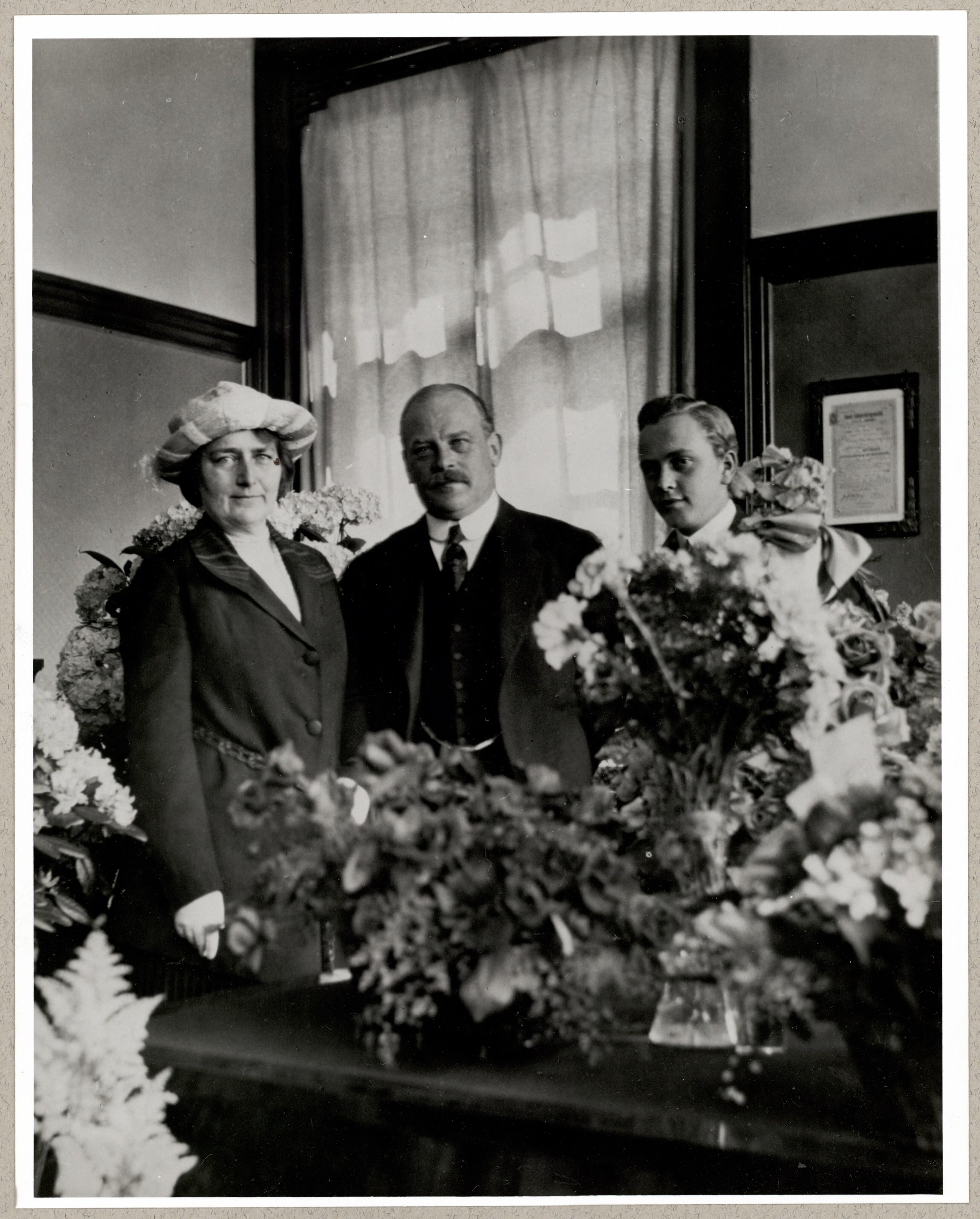 Hansen wilhelm sa femme henny et leur fils plumes for Jardin secret des hansen