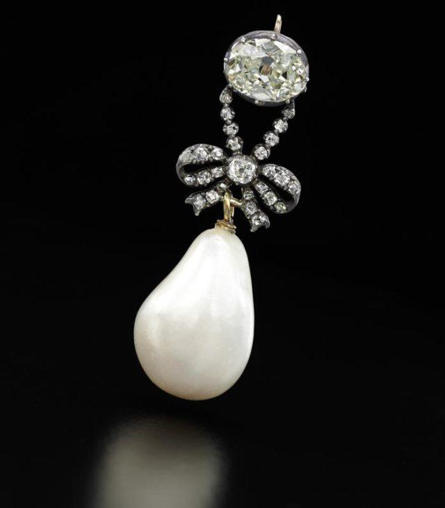 MARIE ANTOINETTE Pendentif diamants et perle