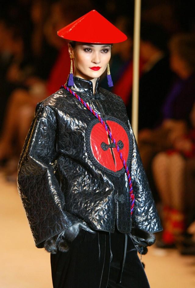SAINT LAURENT ASIE modèle présentant un ensemble asie durant la rétrospective Saint Laurent de 2002