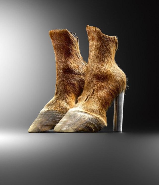 MARCHE Horseshoes 2006 Iris SCHIEFERSTEIN.jpg