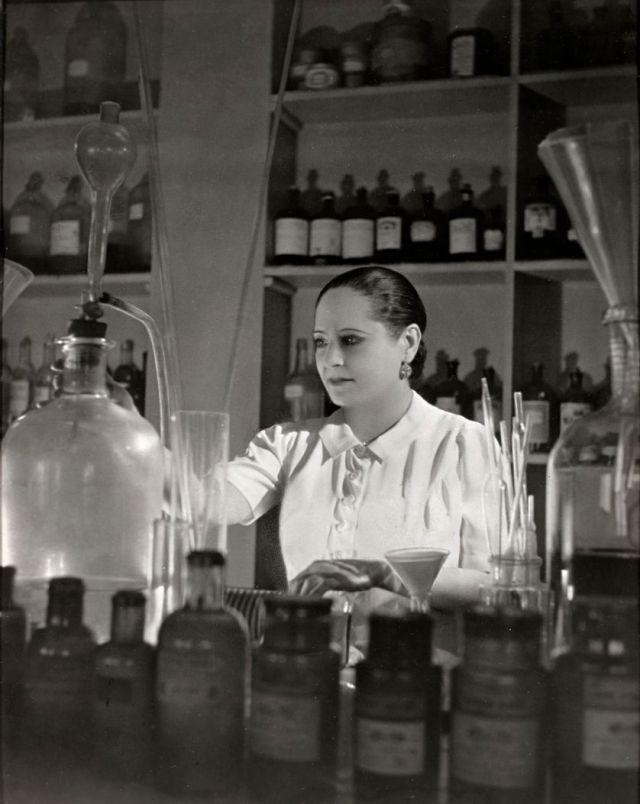 RUBINSTEIN dans son labo à Saint Cloud