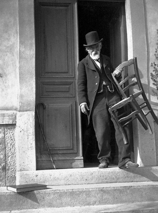 CEZANNE en 1906 devant sa maison
