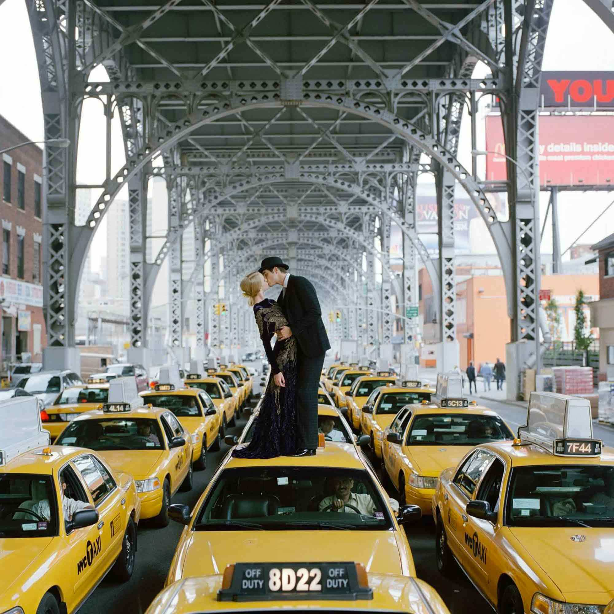 RODNEY SMITH Edythe and Andrew s'embrassant sur un taxi New York 2007
